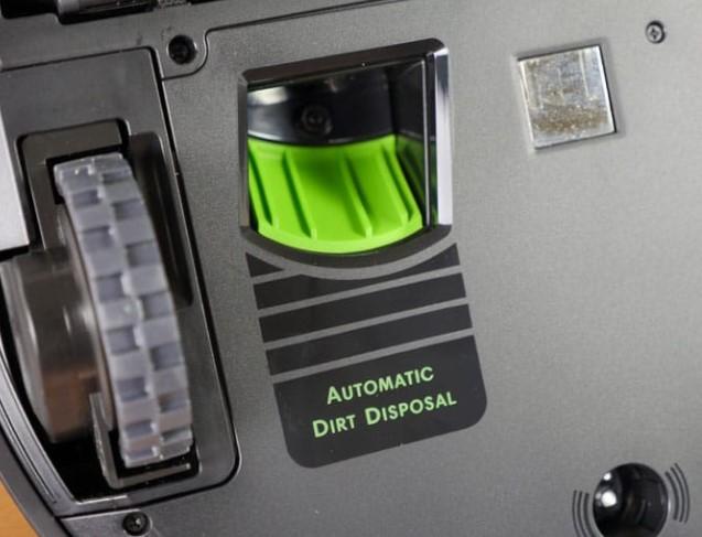 真空吸尘器的底部还有一个小的检修口,可以让集尘盒直接清空到充电站上的 CleanBase 装置中。