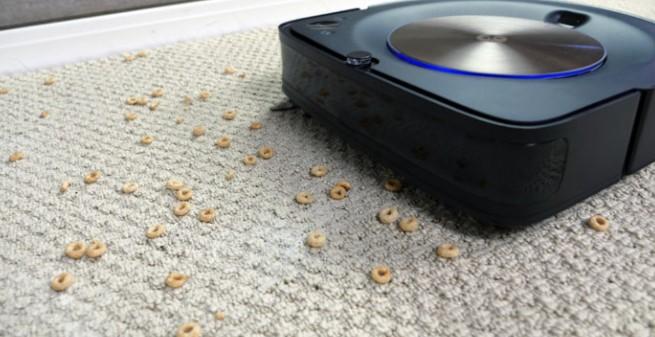 这款Roomba S9 + 是从具有正方形前体风格的Roomba阵容的首选机器人真空吸尘器。这使得它更容易进入角落和沿着直边。